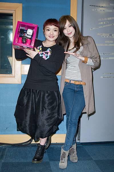 王心凌私底下偷偷打聽徐佳瑩的喜好,特別投其所好,送了一台桃紅色的LOMO相機