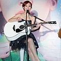 梁文音首次公開秀吉他,自彈自唱「愛是什麼」展現多方面的才藝