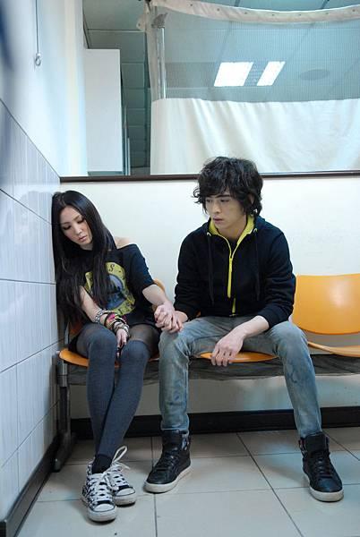 在MV中陪女主角去醫院.JPG