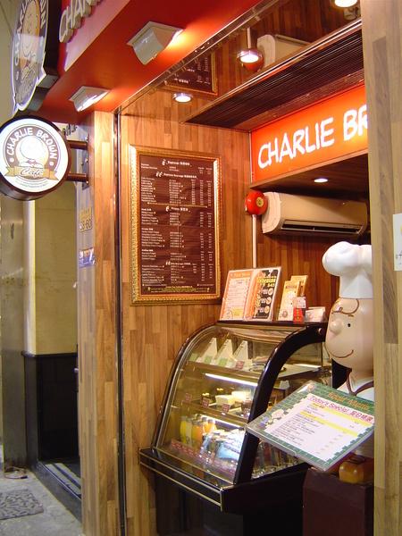 飯店附近的查理布朗咖啡館