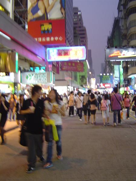 明明馬路也是徒步區,依舊人滿出來