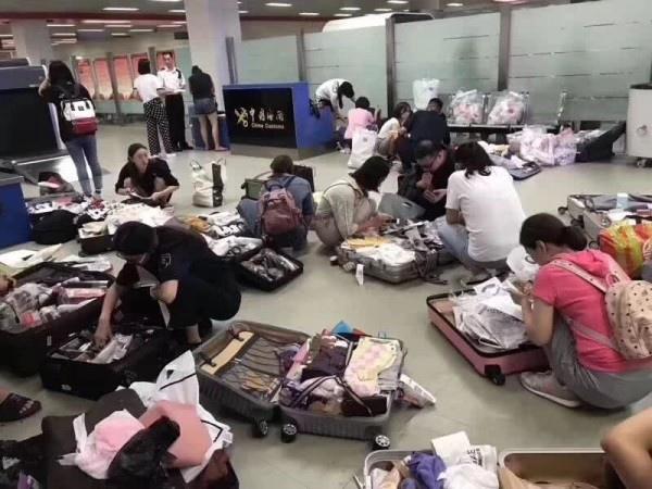 中國代購在上海機場.jpg
