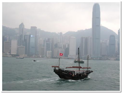 西式大樓與中式漁船的共處同一時空