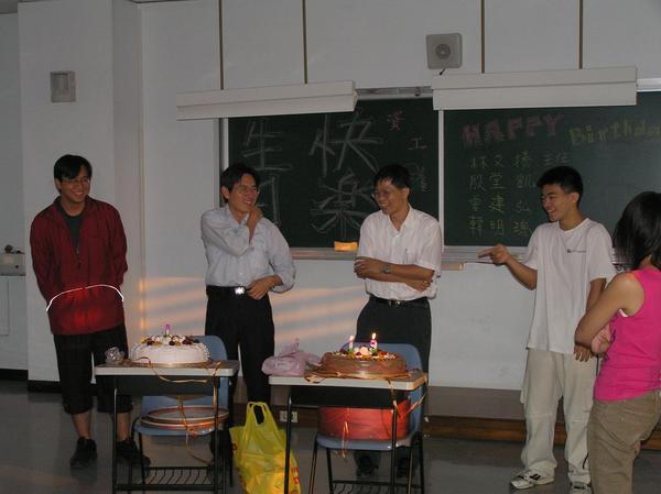 兩位壽星教授校得很開心