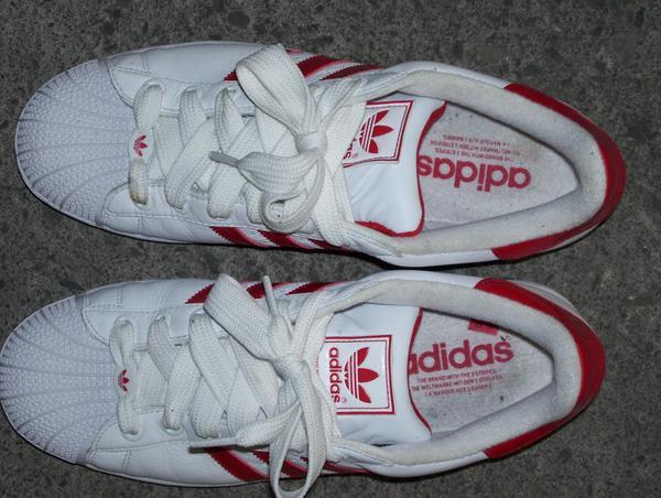 鞋背和鞋內都有