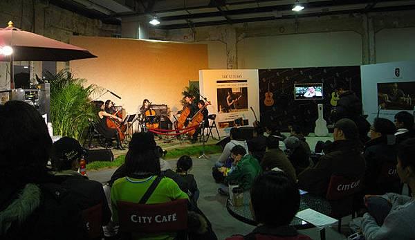 純淨市場內也有演奏會,不少人停駐欣賞。