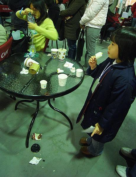 小妹妹倒是無視於它,忘情的吃著她的冰棒。