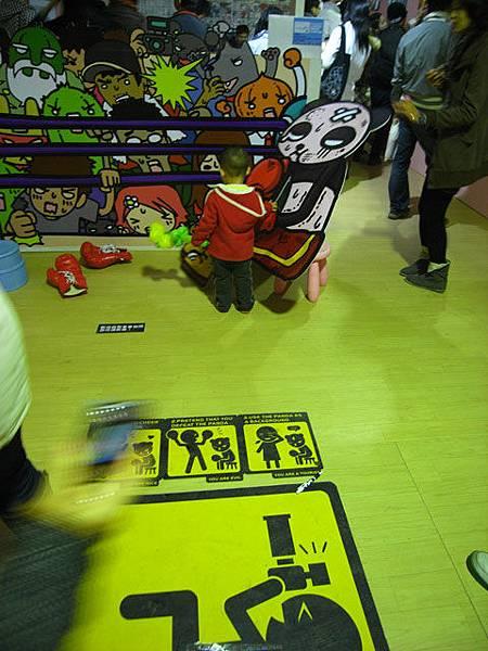 台北不來梅-來不及阻止小男孩推倒道具的媽媽