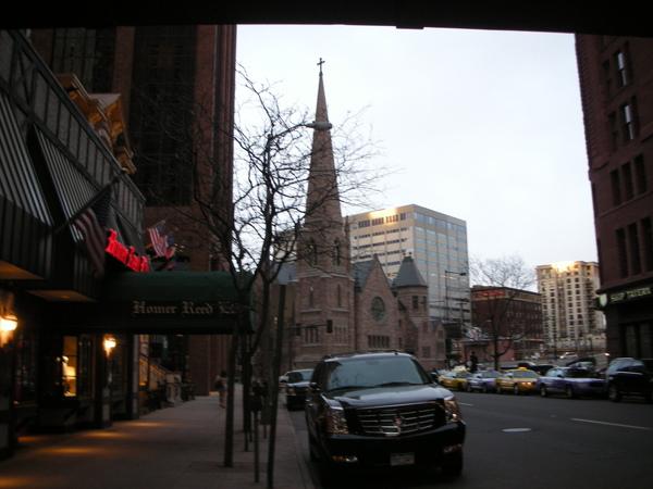 美麗的教堂因經營不善,只好賣出air right,讓附近蓋大樓