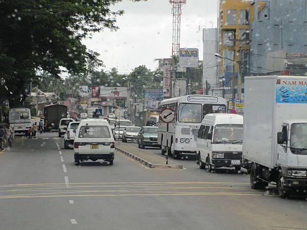 白色的公車為民營,不等乘客行車,速度也很中規中矩