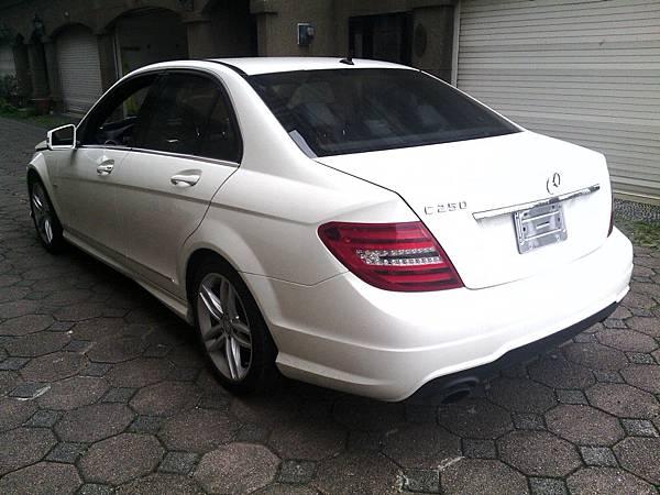 台北張先生委託Car2TW從美國進口中古車白色2014年分賓士C250