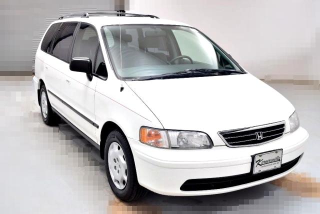 美規一代(1994-1998)Honda ODYSSEY和日規車型相同,1995前期為2.2L引擎,1998後期改成2.3L引擎只有在日本製造,搭配四速自排變速箱系統。這一代的Honda Odyssey看起來是不是有點像現在的豐田Toyota Wish, Mazda5,沒錯,那時的Mini Van真的只是比旅行車稍微大一些,第一代Honda Odyssey長度只有476cm,現在最新一代的Honda Odyssey應該不叫Mini Van,應該叫Big Van,長度已經長到515cm了,長度足足長了30公分。