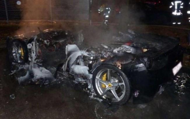 居然有人放火燒了自己的超級跑車法拉利Ferrari 458 Italia,只是因為想....................換車
