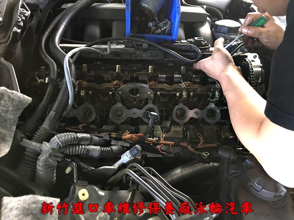 這台BMW 530i E60是在泳輪汽車基本保養時,在更換機油中發現下護板漏油的情況非常嚴重,漏油的位置來自於汽門蓋,所以建議車主要做大保養,同時在大保養中一併維修漏油部分,更換汽門蓋墊片時,發現空氣管也有斷裂情形,所以也一起作更換 清洗油漬的部分都是服務,許多維修小項目都沒有收額外工資。