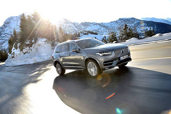 2017-volvo-xc90-t5-inscription-front-three-quarters-in-motion-2