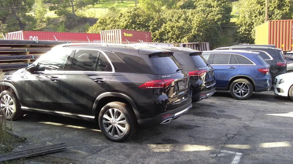 照片中是兩台黑色賓士GLE350及藍色GLC300,台灣汽車關稅要繳交多少錢呢?台灣政府制定了非常複雜方式計算進口車關稅,其中分為新車關稅及舊車關稅,再分為個人留學生自用車關稅及車商買賣關稅,新車跟舊車關稅計算方式不一樣,個人自用車及車商買賣車的關稅計算方式也不一樣,每一台車都有配備,配備不同關稅也不一樣,另外再分一般車款例如賓士C300及特殊車款例如保時捷911,一般車款及特殊車款計算關稅方式也不一樣,複雜吧?整個關稅制定的基本原則就是政府要收錢,一毛錢都不能少收,這些買進口車的人都是有錢人,有錢人就是要多繳稅給政府,大家了解嗎?無論是個人留學生運車回台灣想要知道關稅要多少錢?或是外匯車商進口車輛想要先估算關稅才好計算外匯車成本,Car2TW都提供顧問諮詢服務協助大家估算關稅,但是Car2TW無法保證估算關稅完全正確,關稅多少錢還是要看海關大人個人認定,遇到好海關人員可以少報一些關稅,遇到不講道理海關執法人元就可能要自認倒楣多繳關稅了,任何問題歡迎聯絡Car2TW Inc. 加拿大美國買車代購免稅及個人自用運車回台灣代辦服務 TEL:626-418-0088