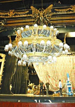《歌劇魅影》著名畫面 一噸重水晶燈試摔.jpg