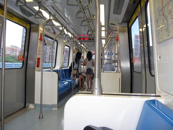 龐巴迪車廂内部走道 02.jpg