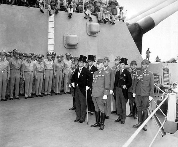 Japanese_surrender_signatories_arrive_aboard_the_USS_MISSOURI_in_Tokyo_Bay_to_participate_in_surrender_ceremonies_HD-SN-99-03021.jpg