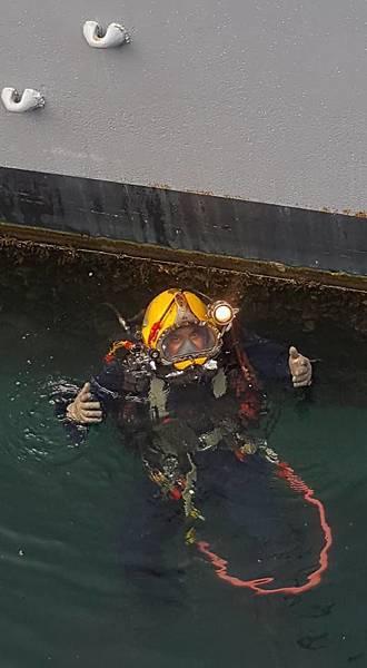 潛水人員正準備儀器為水線下船體做定期的清潔與檢查
