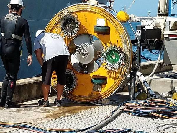 準備儀器為水線下船體做定期的清潔與檢查