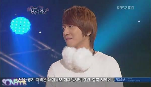 110123 YongHwa @ Gag Concert Seohyun[15-51-15].JPG
