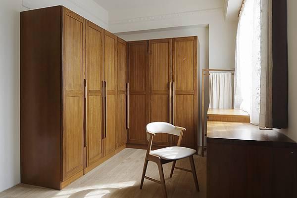 優渥實木衣櫃可依空間做成L型轉角櫃,使空間不浪費 (1)