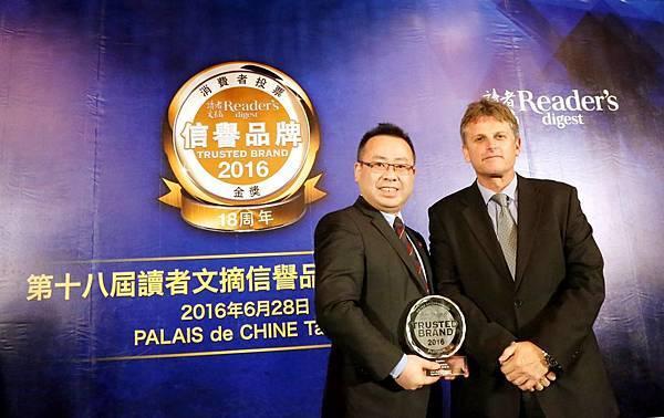 (右)讀者文摘亞洲區董事總經理Walter Beyleveldt及(左)歐德傢俱執行長陳國偉