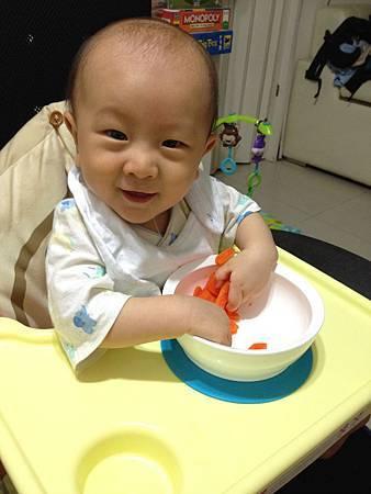 0614自己拿紅蘿蔔吃