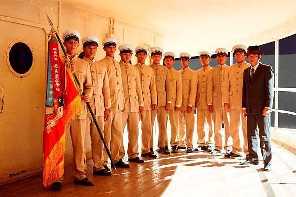 201312251551419_【KANO】永瀨正敏與小球員們重返1930年,如歷史中的嘉農隊手持冠軍旗的畫面