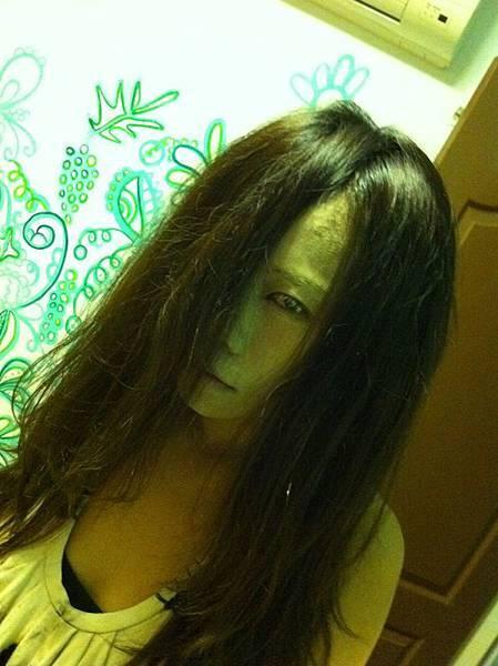把臉塗滿痱子粉混合粉底液的Monica