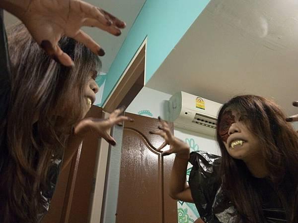 對著鏡子一直發出低鳴...
