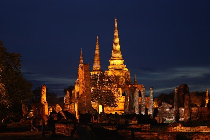 800px-Wat_Phra_Si_Sanphet_Ayutthaya_at_night-2