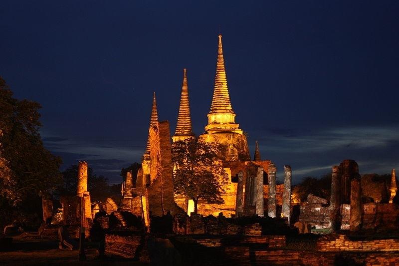 800px-Wat_Phra_Si_Sanphet_Ayutthaya_at_night-2