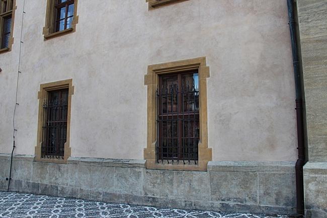 IMG_0692怕會有人偷所以要裝鐵窗.JPG