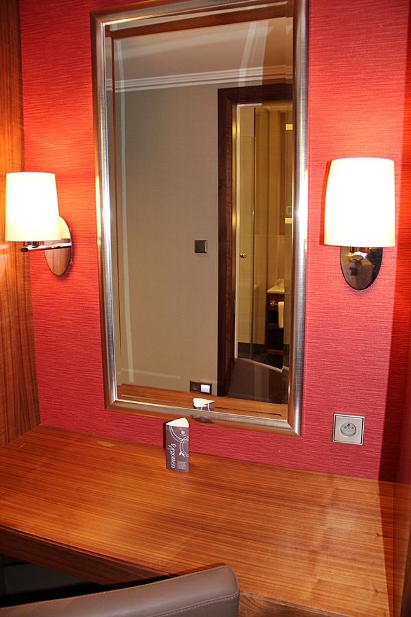 IMG_0799入門處的化妝台.JPG