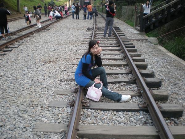 坐鐵軌.JPG