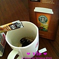 倒入VIA @ Starbucks VIA™ Ready Brew Colombia Coffee