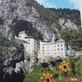 Predjama Castle 18:翻拍看榜上的Photo