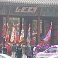 車行經過「大漢門」時,正巧有「王宮.守門將」交接儀式表演。