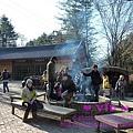 別看天氣看起來不錯,其實還蠻冷的,島上有燒材供遊客取暖。