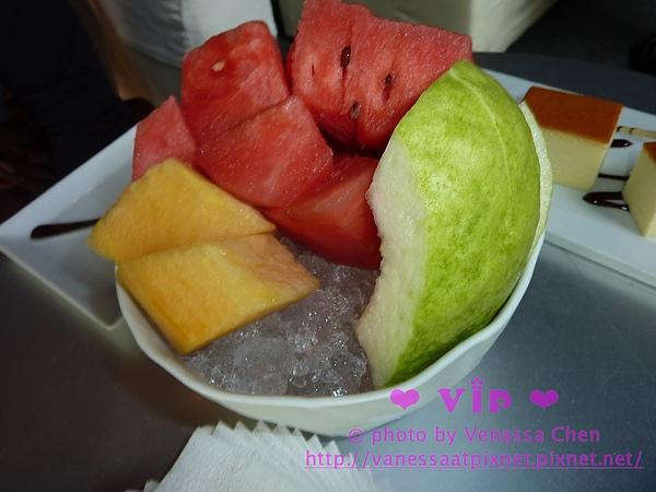 冰冰涼涼的水果盅,底部舖著滿滿的剉冰。