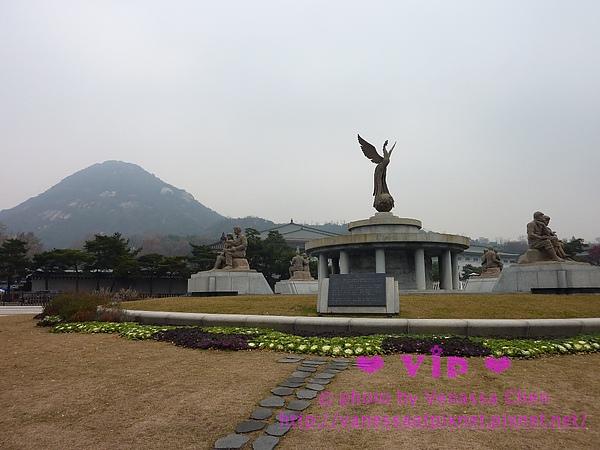 「青瓦台」對面的鳳凰雕像。
