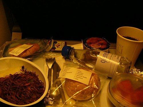 看得出來那個主餐是啥嗎?竟然是麵...據如如說...很難吃