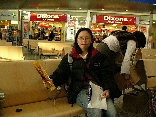 轉機等到快睡著了,跑去買了巧克力~ 哇哈哈~好吃好吃!!