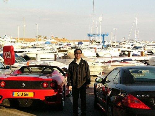 旁邊是Porsche,後面是遊艇