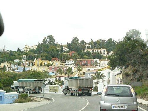 往Ronda的路上我們超過了前面兩台砂石車
