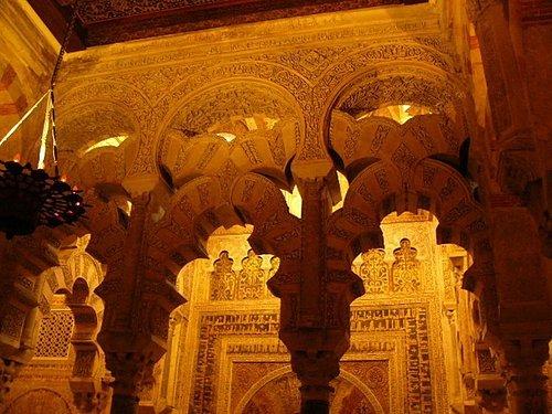 柱子後面的可蘭經都是純金的喔~