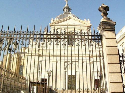 呼~果然走到皇宮的另一端-教堂