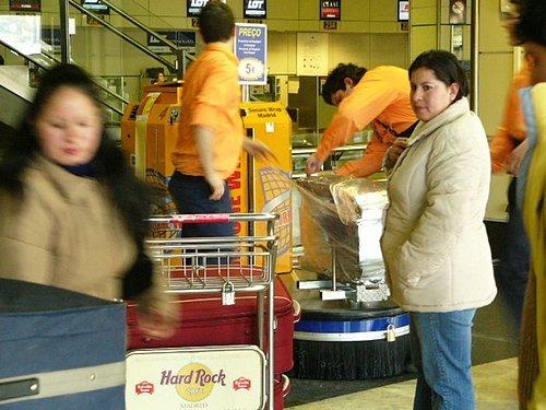 西班牙機場裡有這種服務 (把你的行李包起來,粉酷吧)